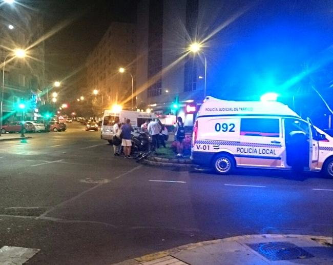 Un ciclista arrolla a un motorista frente a El Corte Inglés