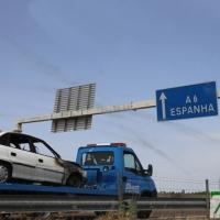 Sale ardiendo un coche en marcha en la frontera de Caya