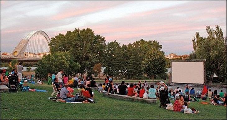 Vuelve el cine al aire libre al parque de las VII Sillas de Mérida