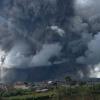 Miles de evacuados tras la entrada en erupción de un volcán en Sumatra, Indonesia