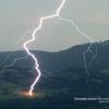 Impactantes imágenes de cómo un rayo alcanza un árbol en los alpes franceses