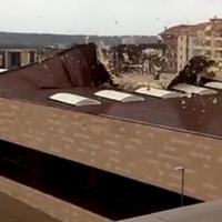 El viento arranca como una hoja de papel la cubierta de un pabellón en Cáceres