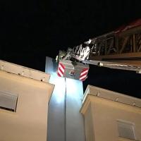 Los bomberos actúan en varios puntos de la ciudad debido a las rachas de viento