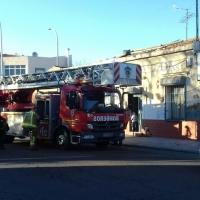 Los Bomberos actúan ante el peligro de derrumbe del techo de una vivienda
