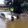 Los bomberos rescatan a un hombre tras la crecida del Arroyo Limonete