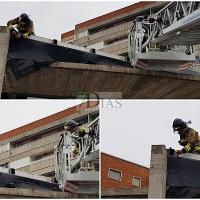 Retiran varias chapas de la cornisa de un gimnasio de Badajoz por seguridad