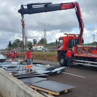 Un camión pierde su carga en la salida de Badajoz hacia Mérida