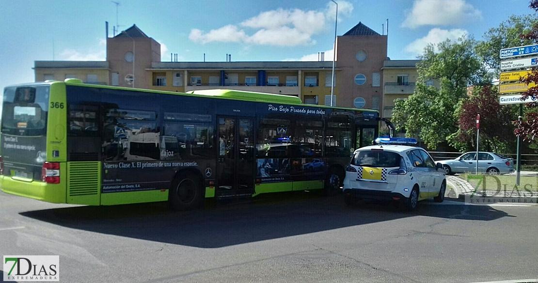 Accidente de un autobús urbano en una rotonda de Badajoz