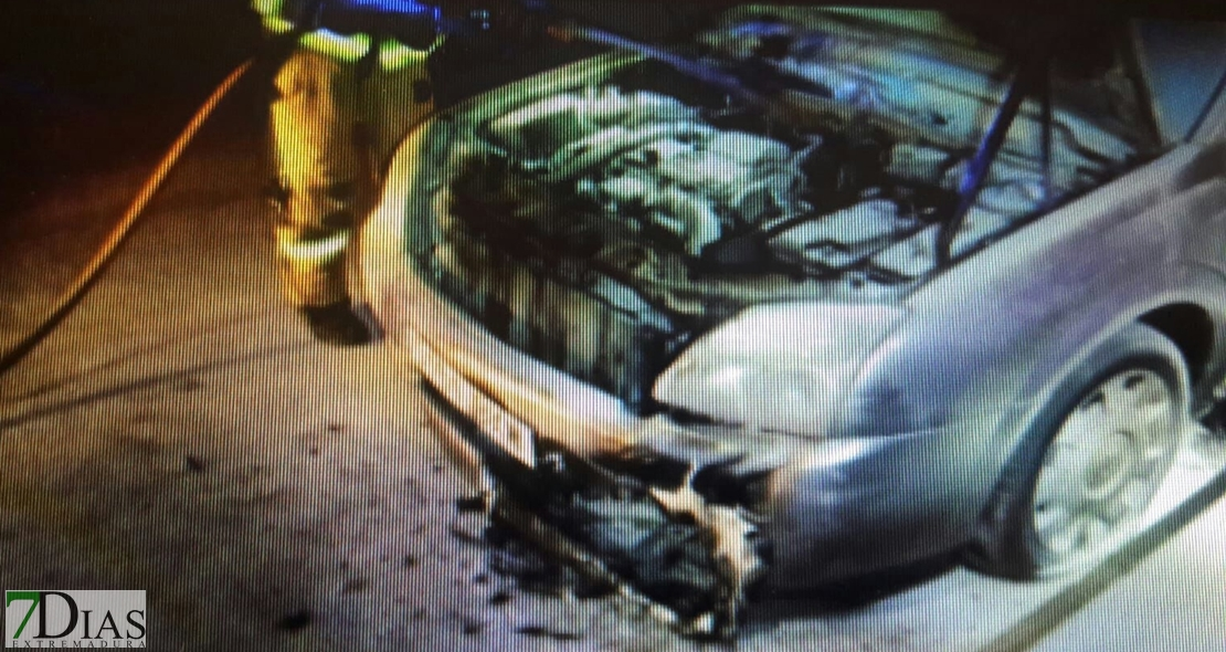 Arden dos coches más de madrugada en Badajoz