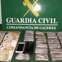 La Guardia Civil encuentra 2.200 gramos de hachís en un vehículo