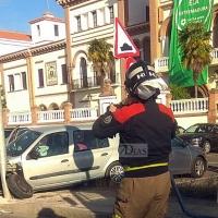 Pierde el control impactando contra una señal de tráfico y una farola en Badajoz