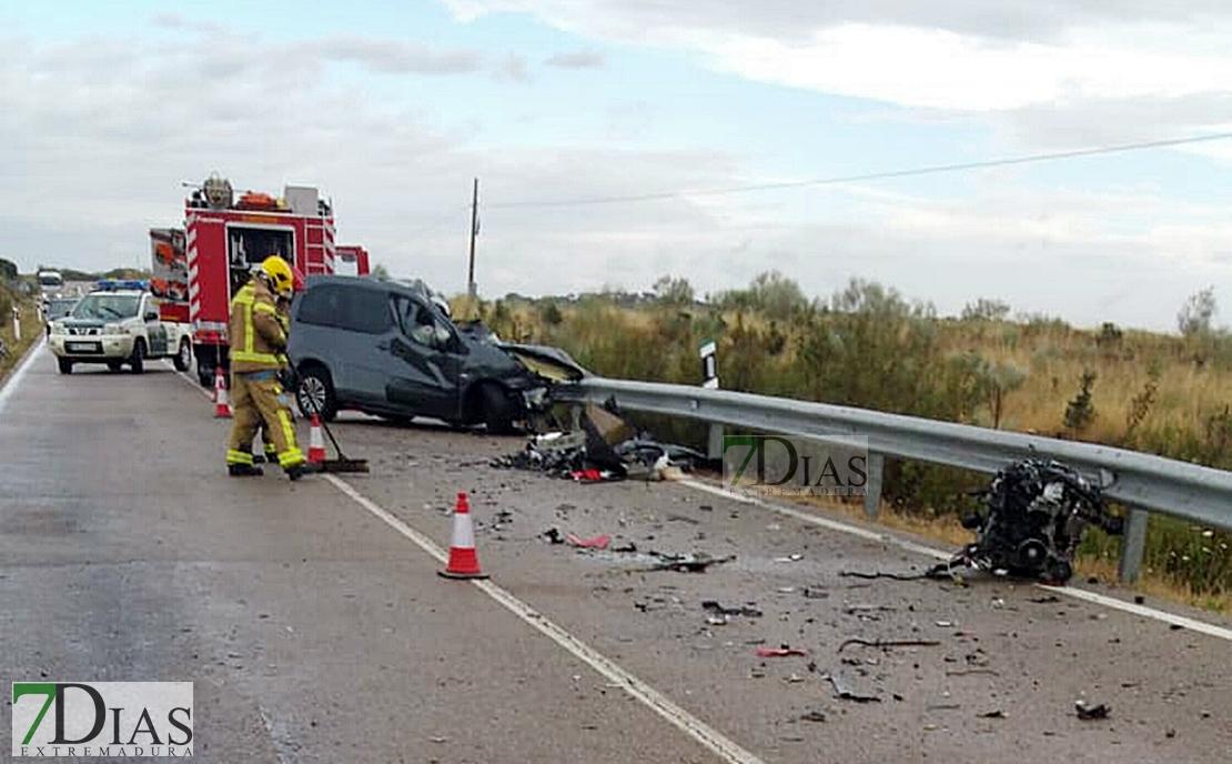 Imágenes del accidente entre un turismo y un camión en la provincia de Cáceres