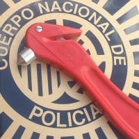 La Policía Nacional rescata a un bebé del interior de un vehículo
