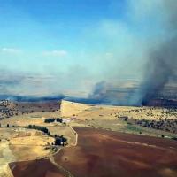 Numerosos medios aéreos luchan contra un incendio en la Campiña Sur