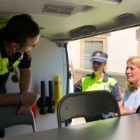 La alcaldesa de Cáceres inspecciona el nuevo furgón de atestados