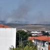 Los bomberos evitan que un incendio forestal afecte a la Sierra de San Pedro