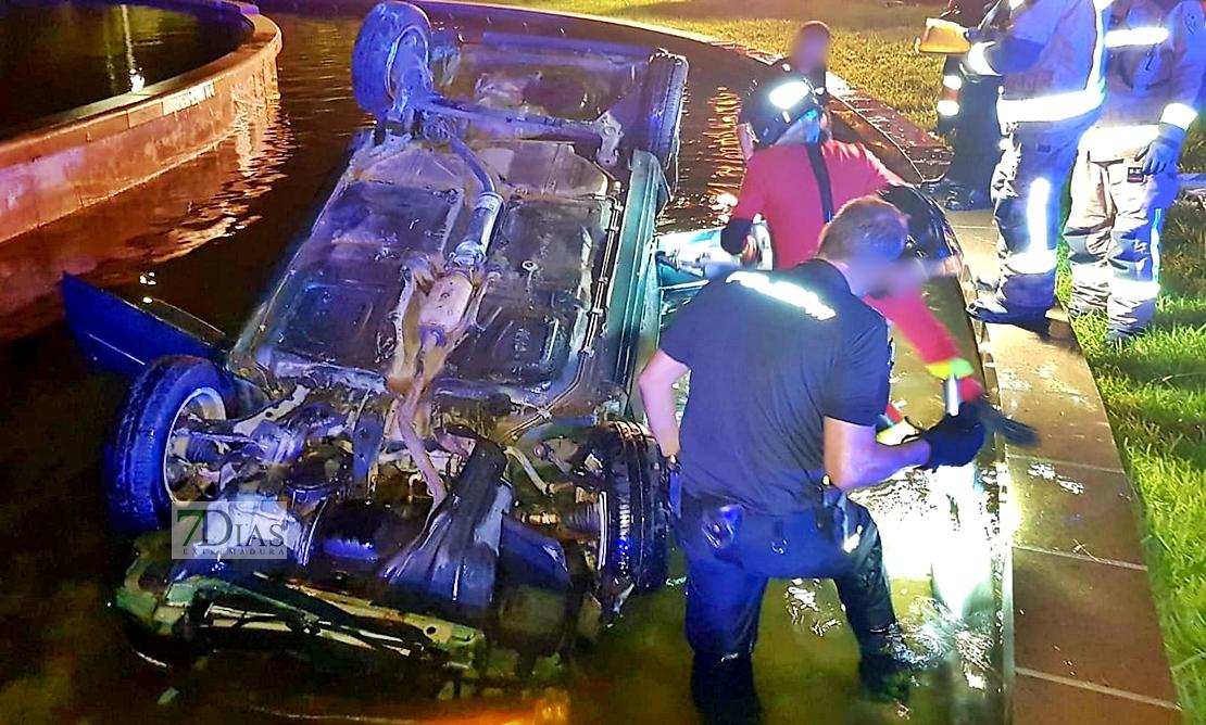 Imágenes del accidente ocurrido en una rotonda de Badajoz esta madrugada