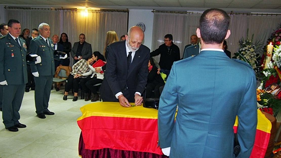 Cruz de la Orden del Mérito con distintivo rojo para el guardia civil asesinado en Granada