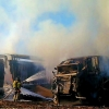 Arden una cosechadora y un tráiler en una explotación agrícola en Badajoz