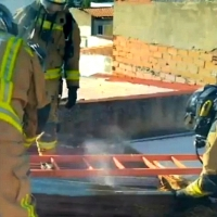 Bomberos sofocan un incendio en una vivienda de Badajoz