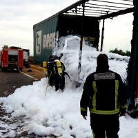 Cortan media hora la autovía A.66 por el incendio en un trailer