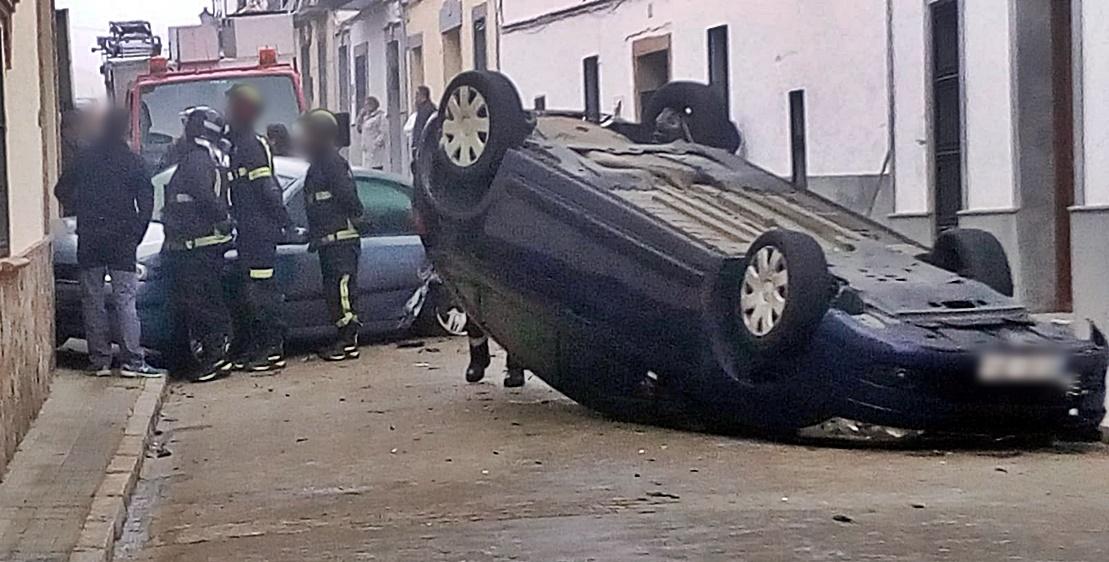 Vuelca un turismo tras sufrir un accidente en la localidad de Trujillanos