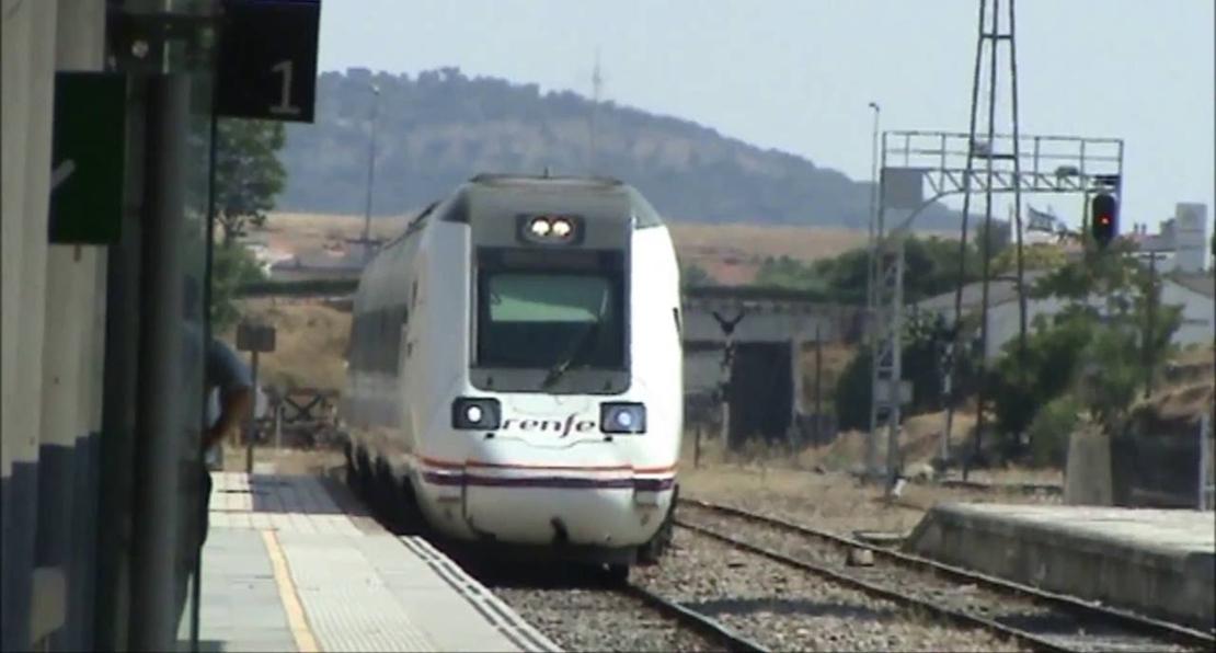 Los viajeros del tren Cáceres-Sevilla, trasladados en autobús