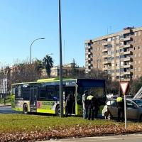 Colisión entre autobús urbano y un turismo en la rotonda de la fuente Isabel de Portugal