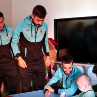 Los jugadores del CD. Badajoz visitan a los niños del Materno