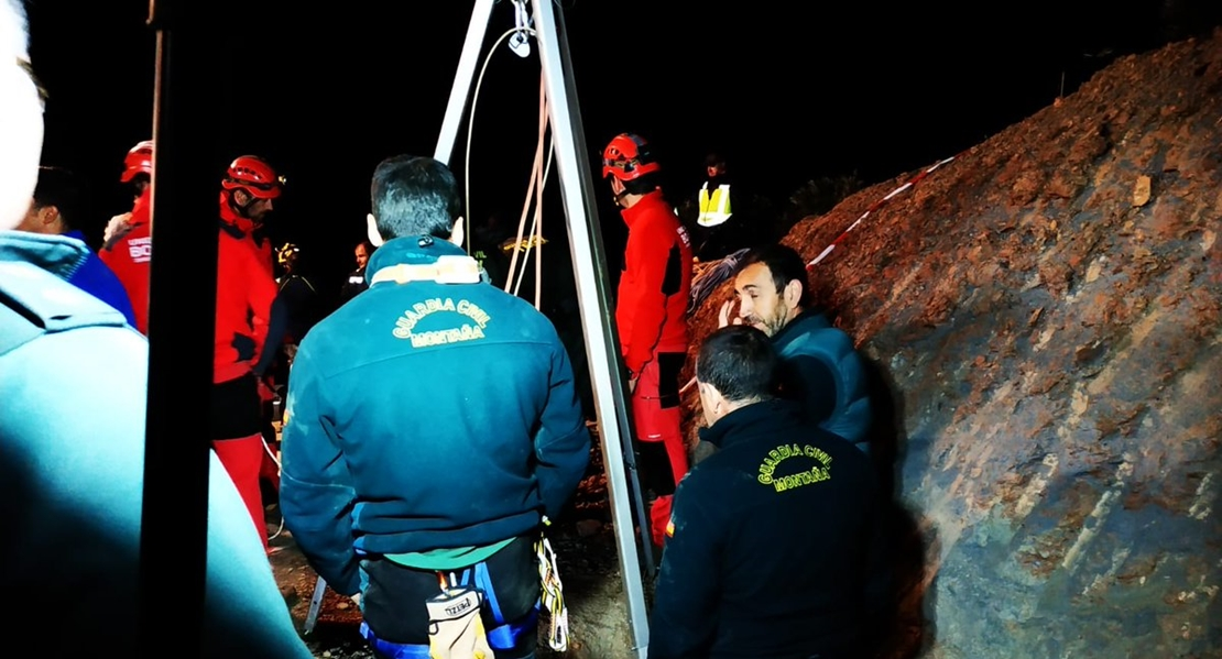 El tapón de tierra que obstruye el pozo de Totalán frena al equipo de rescate del niño
