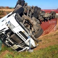 Vuelco de un camión en un accidente en Tierra de Barros