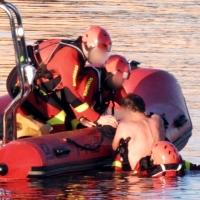 Los bomberos rescatan a un hombre en el río Guadiana