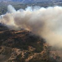 Enésimo incendio en la comarca de La Vera con peligrosidad por su cercanía a viviendas aisladas