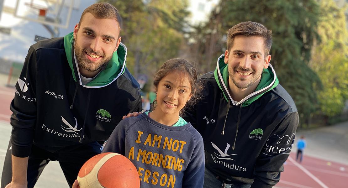 Jugadores del Cáceres Patrimonio brindan el mejor cumpleaños a Lucía