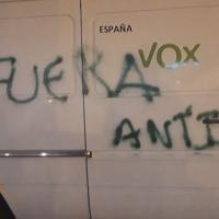Vox denuncia la aparición de pintadas en uno de sus vehículos de campaña electoral
