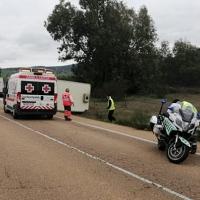 Un herido en el vuelco de un camión en la EX-335