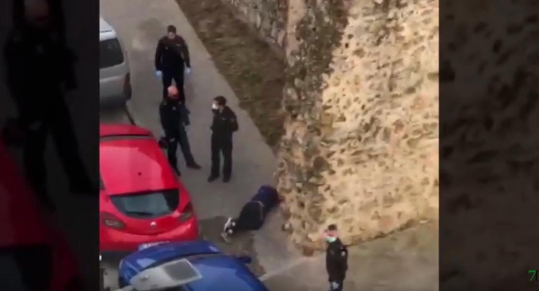 La Policía le llama la atención y cae desde varios metros de una muralla en Badajoz