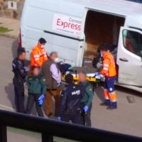 Atropella a un repartidor y se estrella contra un muro en Zafra