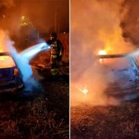 Los Bomberos de Badajoz actúan en un incendio de vehículo durante la madrugada