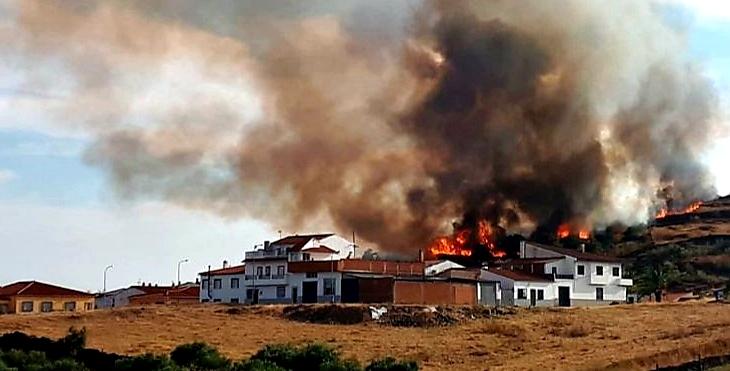 Bomberos forestales luchan para que las llamas no lleguen a Torrejoncillo (CC)