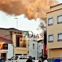 Espectacular incendio de vivienda en Ahigal (Cáceres)